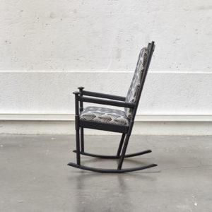 rocking chair banquette en rotinfauteuil en rotin table de ferme table vintage table blanche pieds compas meuble vintage fauteuil scandinave lampe industrielle commode vintage commode pieds compas