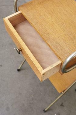 Ravissant chevet des années 60 attribué à Pierre Guariche. Piêtement tubulaire couleur bronze, patiné par le temps. Caisson à tiroir et tablette en plaqué bois. Très bon état vintage. A noter un tout petit manque à droite du tiroir sur le bord du caisson, peu visible.