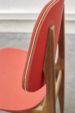 Chaise colorée scandinave rouge mobilier vintage pieds compas décoration