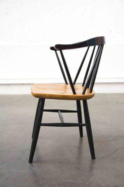 Années 60. Design Ilmari Tapiovaara, Finlande. Fauteuil scandinave avec assise en teck. Dossier à barreaux en hêtre teinté noir. Un classique du design finlandais des années 60. Bon état de conservation.