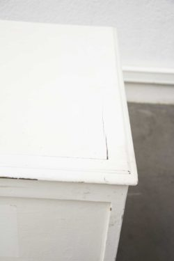 Enfilade vintage en bois datant des années 60. Travail tchèque. Chinée en République Tchèque. Fabriquée dans les années 60 en ex-Tchécoslovaquie. Attribuée au designer Tchèque Jiri Jiroutek pour Interier Praha. Elle comprend un caisson avec doubles portes à clé et étagères en bois et un caisson composé de tiroirs en plastique. Placage de chêne clair. Piètement compas.