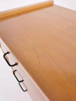 Belle étagère sur pieds en rotin clair Très bon état Idéale pour une chambre ou tout simplement en bibliothèque dans son salon Longueur: 71 cm Hauteur: 111 cm Profondeur: 31 cm