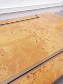 Très belle table basse vintage en loupe d'orme et laiton de Jean-Claude Mahey éditée par Roche Bobois dans les années 70 2 tiroirs sont situés de chaque côté de la table basse. Elle a été nettoyée, et en superbe état de conservation. Très belle qualité de fabrication, et typique des années 70.