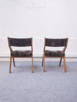 paire de fauteuil retro design vintage bois tissu table bois bistrot ferme brocante chene pieds tournes chaises fibre de verre vintage retro design chaises ecole lyon vintage mobilier ameublement decoration pieds compas couleurs plastique