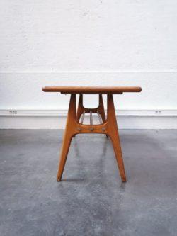 Beau fauteuil en simili cuir rouge agrémenté de deux boutons argent Structure en bois clair Très bon état On adore le côté Rock du fauteuil Assise à 40 cm Existe en paire pour le moment Origine pays de l'est Longueur: 63 cm Hauteur: 86 cm Profondeur: 65 cm