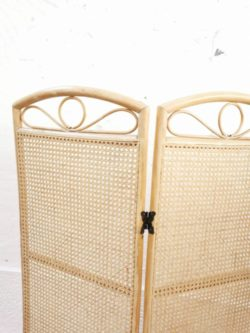 Fauteuil vintage, table de ferme, table vintage, rotin, enfilade, commode vintage, chaise bistrot