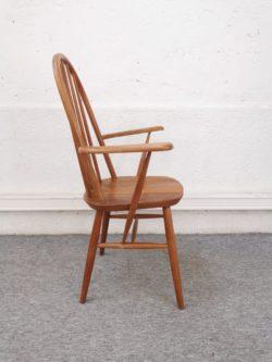 Fauteuil Windsor Quaker édité par la marque Ercol. Un grand classique du design anglais des années 60 imaginé par le designer Lucian R Ercolani. Dimensions: L 63cm, P 52cm, H assise 41cm H totale 96cm