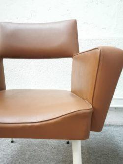 fauteuil vintage skaï skai cuir métal pieds blancs restaurant bistrot chaise de bureau desserte italiennechariot art de latable pieds compas vintage shop boutique lyon bois teck decoration ameublement mobilier vintage brocante retro